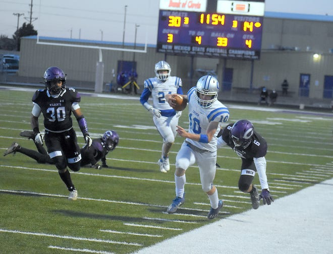 Carlsbad's Eli Asay toes the sideline on a fourth-quarter reception against Clovis on March 27, 2021. Asay led Carlsbad in receptions (16), receiving yards (242) and receiving touchdowns (4) in the five-game season.